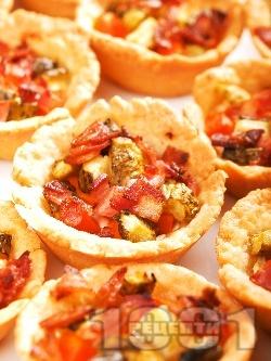 Тарталетки с кисели краставички и бекон - снимка на рецептата
